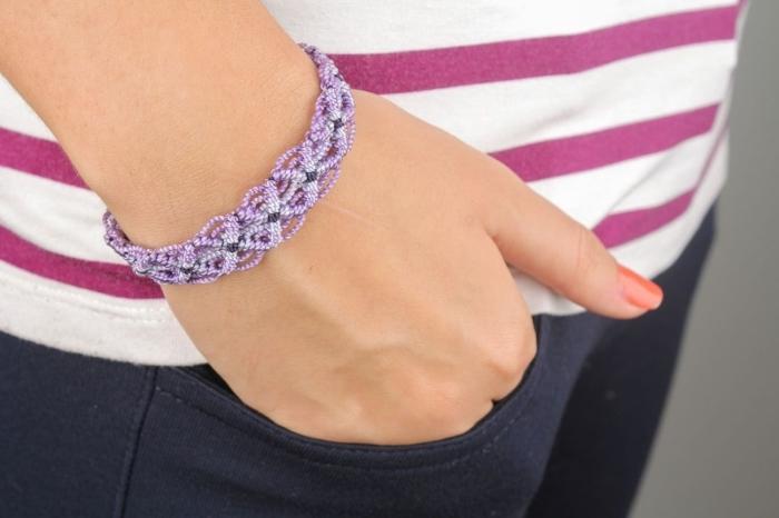 modèle de bracelet en macramé en fils de laine en nuances violettes, noeuds macramés torsadés pour faire bijoux