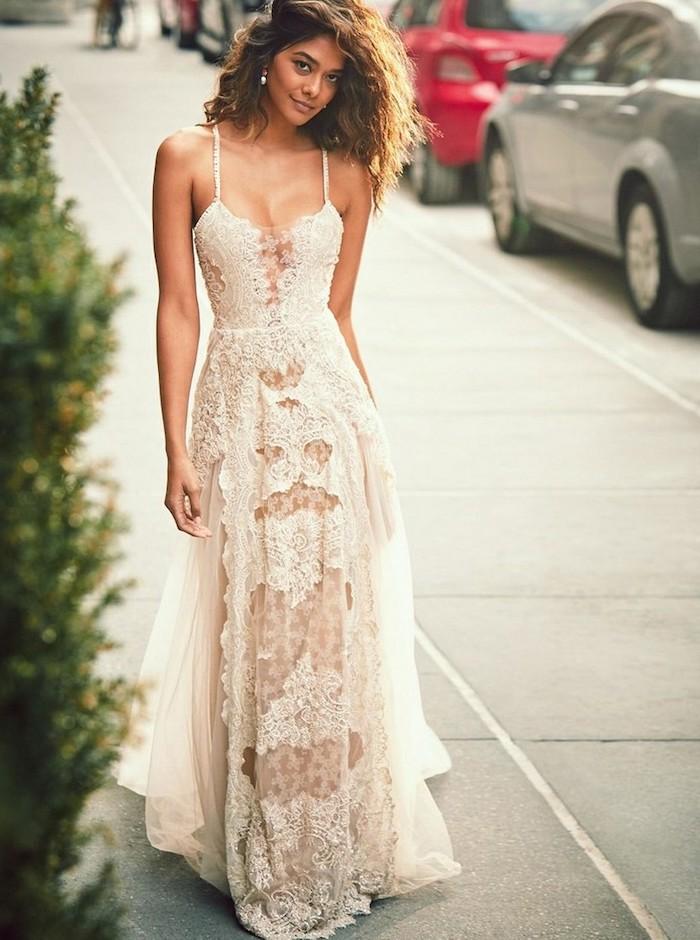 Longue robe bohème débardeur, comment accessoiriser une robe dentelle, robe bohème chic en dentelle tendances actuelles, femme cheveux ondulés