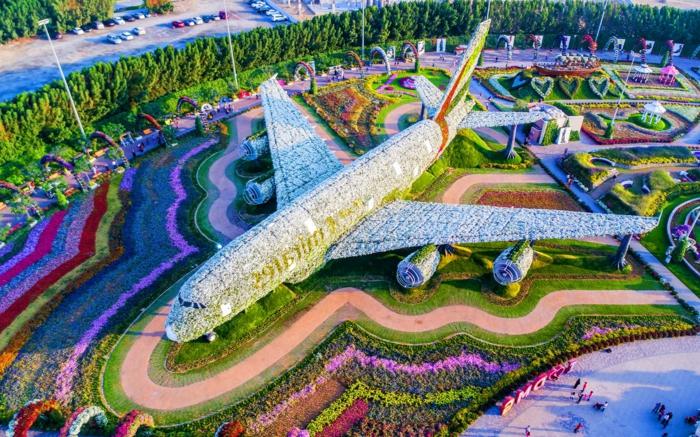 jardin publique spectaculaire, avion de fleurs, parterres de fleurs géants, massifs de fleurs magnifiques