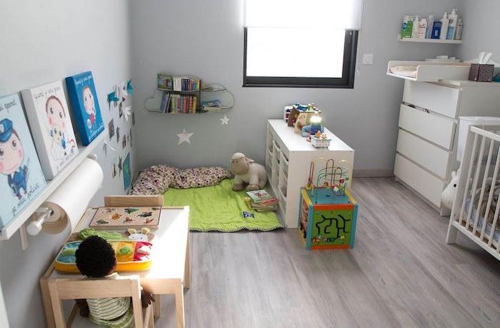 idée d espace montessori dans une chambre traditionnelle avec tapis de jeu vert, jouets et étagère pour livres, table et chaises basses de bois