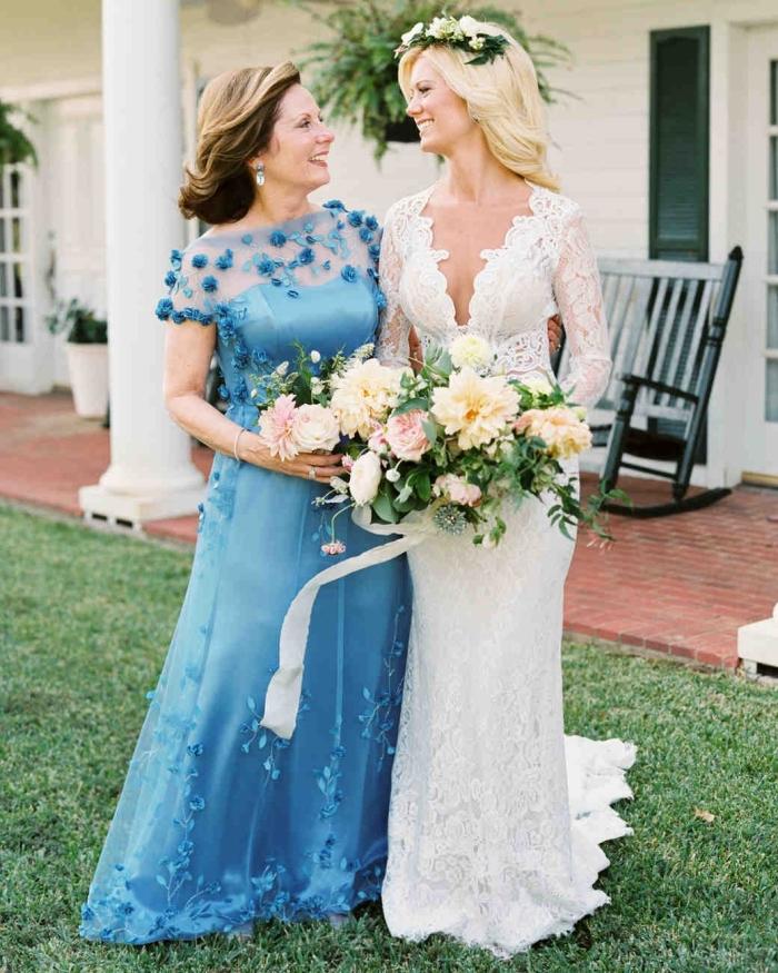 une belle robe longue de couleur bleu roi à encolure transparente ornée de petites fleurs bleues, robe mere de la mariée élégante et chic