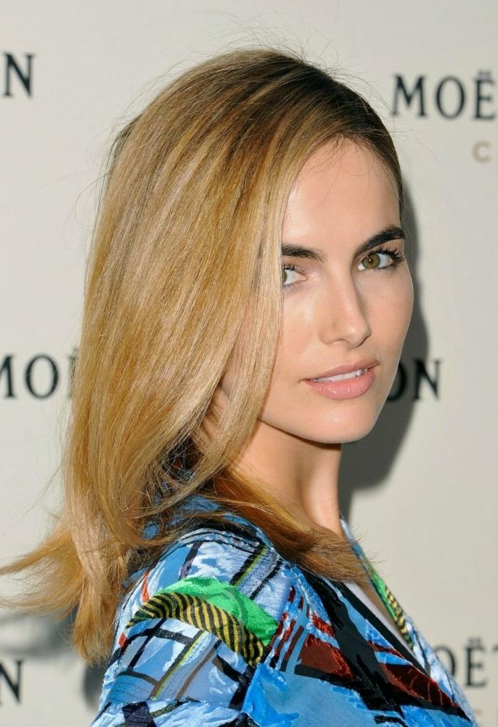 cheveux lissés, chemise bleue, blond miel, meches blondes sur cheveux châtain