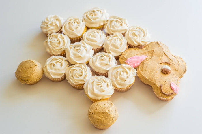 idée de dessert original pour un menu de pâques facile et épatant, gâteau de cupcakes en forme de mouton