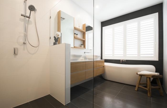 comment décorer une salle de bain contemporaine avec baignoire et cabine de douche, meubles en bois et blanc
