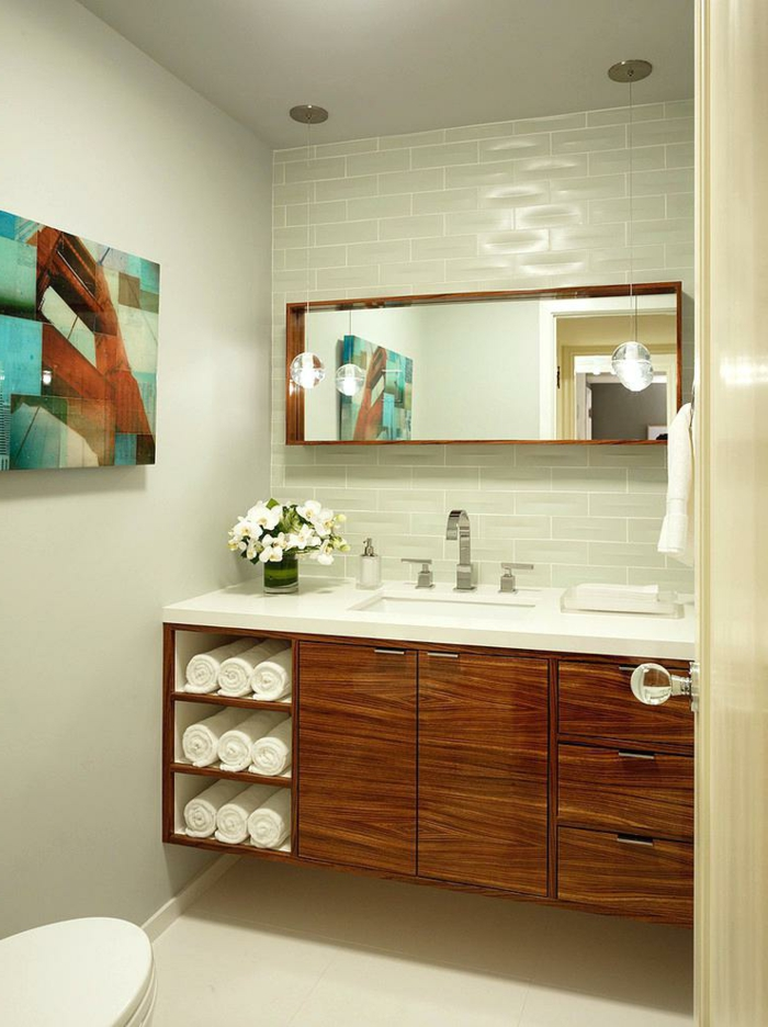 amenagement wc moderne, meuble en bois, miroir rectangulaire, carreaux métro, peinture abstraite, serviettes enroulées