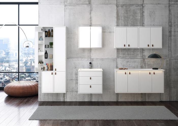 modèle de salle de bain gris et blanc avec grande fenêtre, parquet salle de bain imitation bois laqué, accessoire pouf ottoman en cuir marron