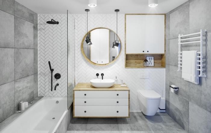 image salle de bain, déco en blanc et gris avec accents en bois, idée gain place avec rangement ouvert niche murale