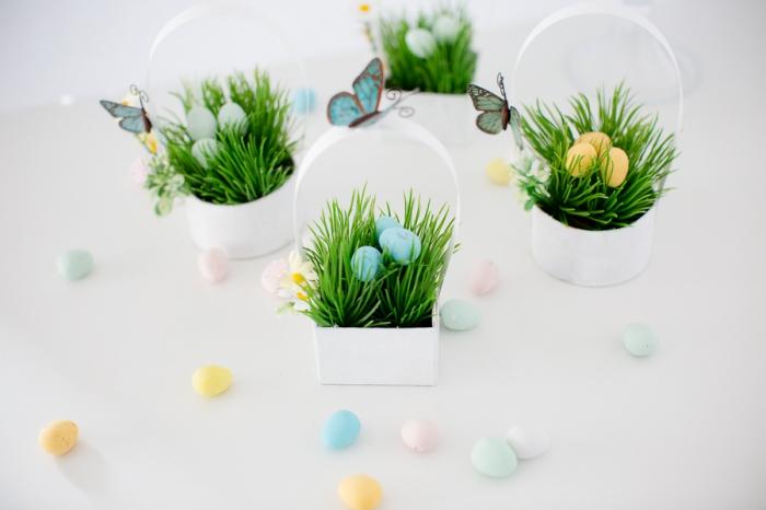 diy décoration de paques à fabriquer, mini boîte en carton peinte en blanc avec fausse herbe et oeufs bonbons