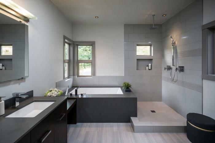 idée comment décorer une salle de bain aux murs blancs avec meubles en noir ou gris foncé, astuce gain place niche murale