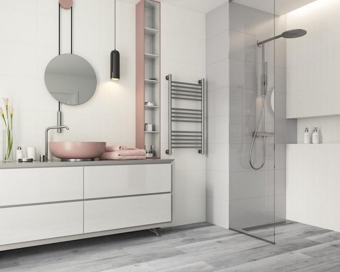 meuble rangement vertical ouvert de couleurs blanc et rose pastel, idée carrelage salle de bain à imitation bois gris