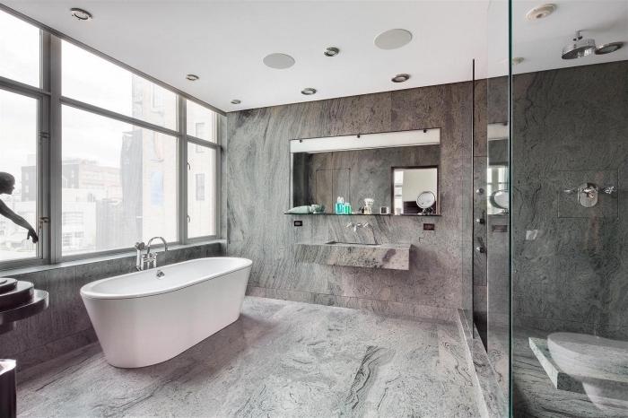 exemple de salle de bain gris et blanc avec douche, agencement salle de bain avec baignoire à robinet intégré