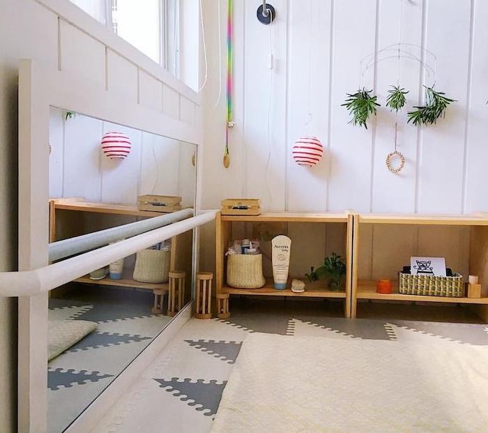 miroir montessori sur l horizontal, tapis gris et blanc, étagère sur le sol basse, lambris blanc, deco murale originale