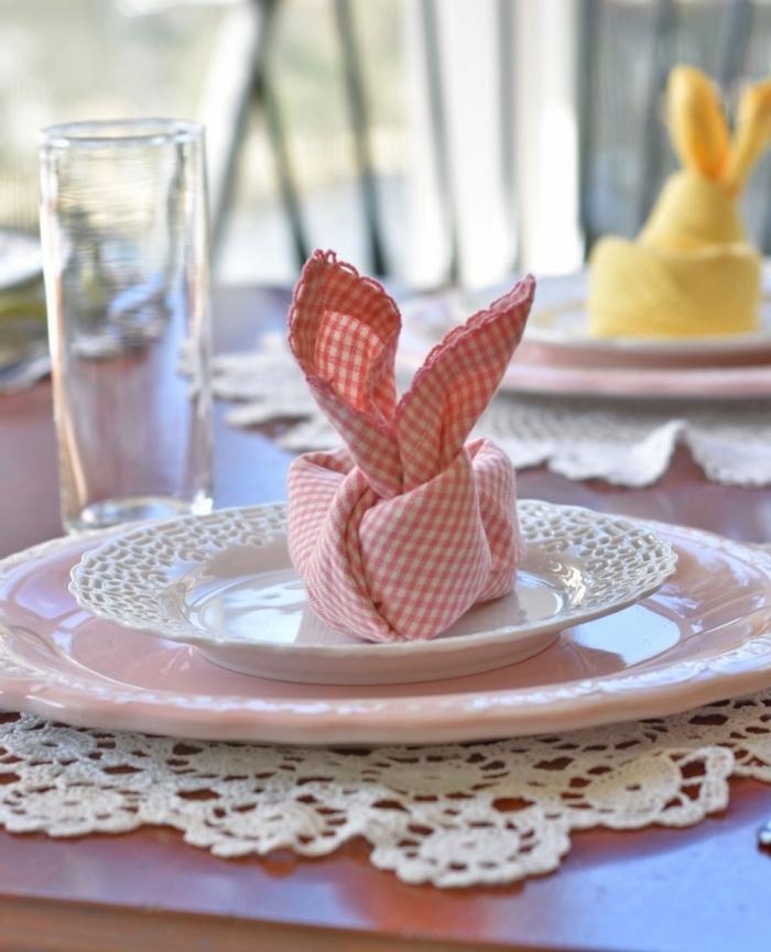 des nappes à carreaux vintage pliées en petits lapins de pâques, pliage serviettes noeud façon lapin de pâques