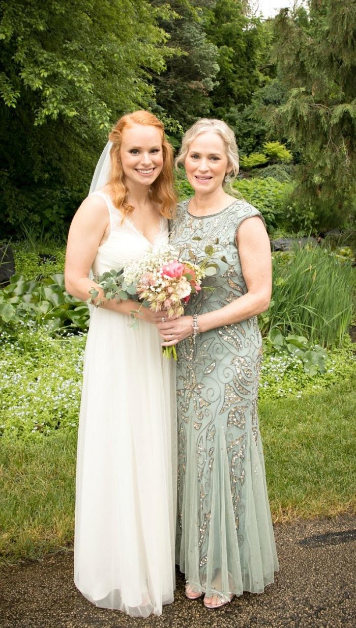 robe longue couleur vert pastel avec une belle broderie de paillettes, robe de soirée cérémonie mariage idéale pour la mère de la mariée