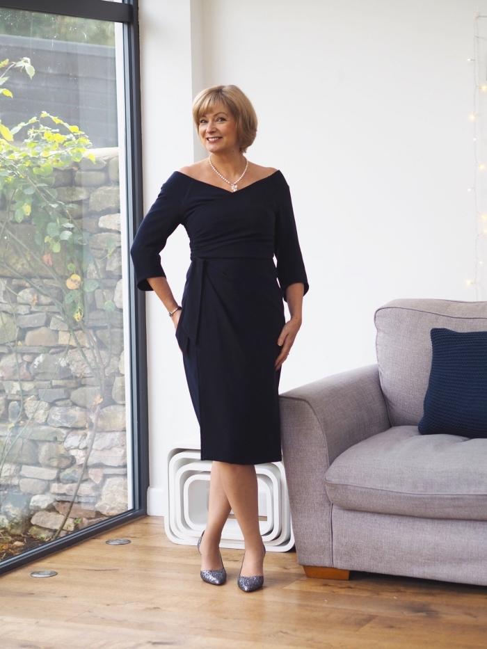 robe noire élégante avec manches trois quarts, aux épaules dénudées, robe femme habillée pour un cocktail ou cérémonie de mariage