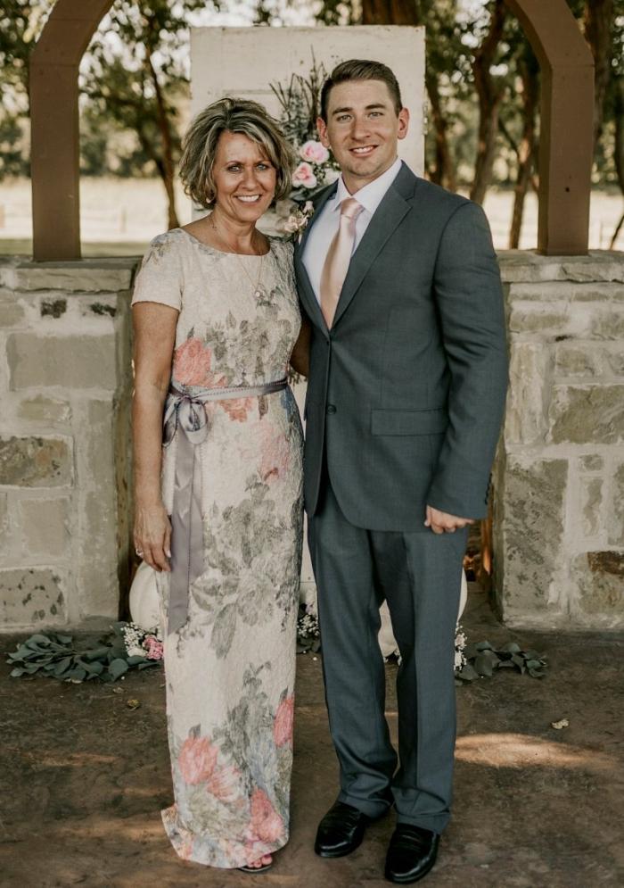 modèle de robe de soirée longue agrémentée d'imprimés floraux doux et d'une petite ceinture en satin gris argent