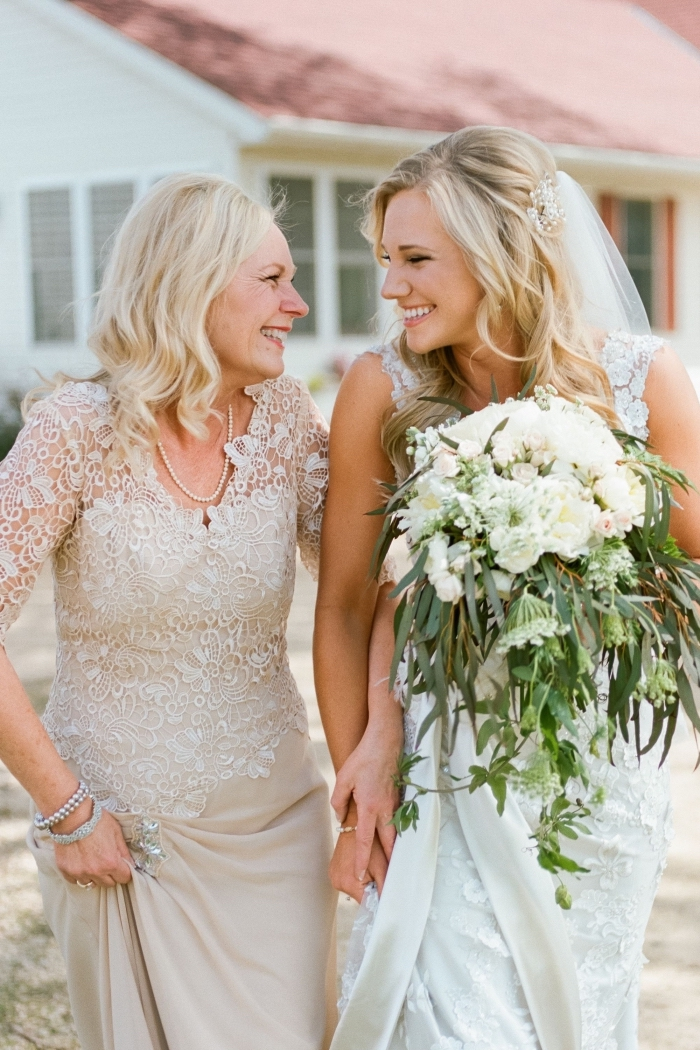 robe longue couleur champagne au haut orné d'appliques dentelle, robe de soirée manche longue idéale pour une tenue de mère de la mariée