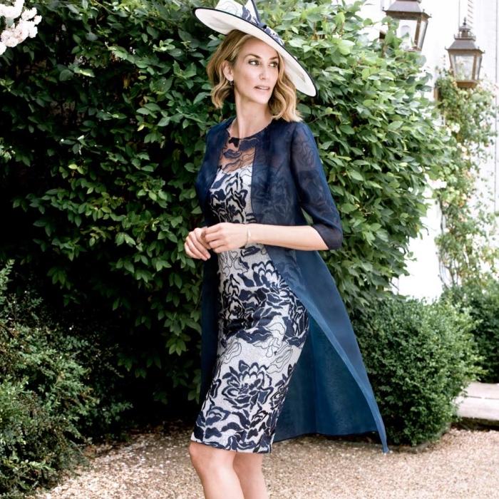 tenue de mariage pour une femme de 50 ans, une robe droite chic avec motifs appliqués en dentelle portée avec un manteau léger