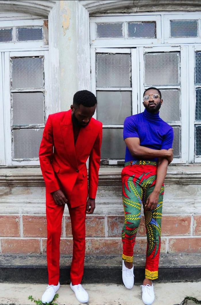 deux homes en costumes, pantalon et veste rouge, pantalon aux motifs bariolés, chemise bleue