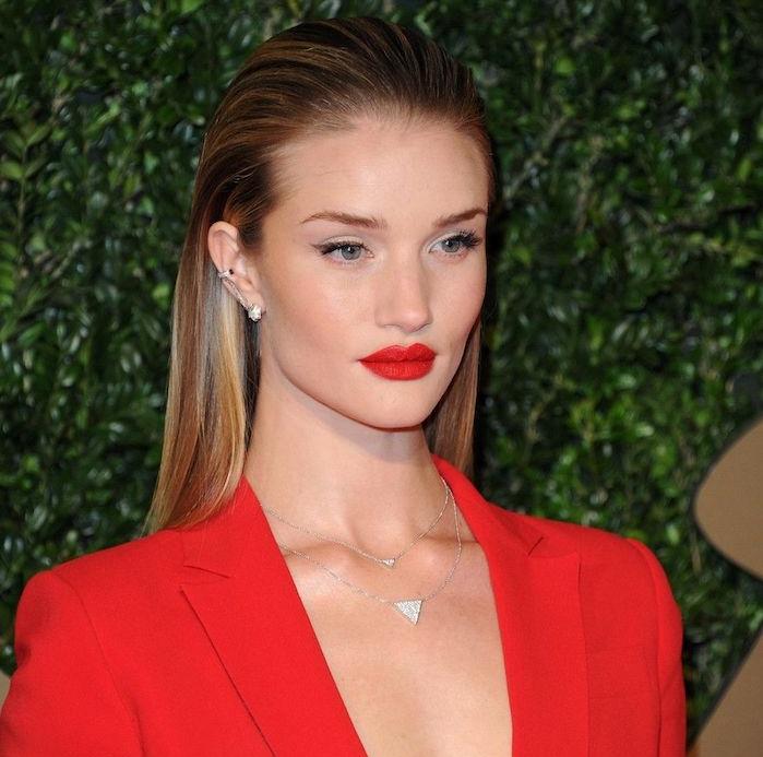quelle coiffure femme 2019 choisir, wet look cheveux mouillés plaqués en arrière, tailleur femme et rouge à lèvres rouge