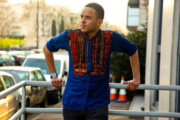 tenue pour homme chic, chemise bleue homme, broderies couleurs criardes et motifs ethniques