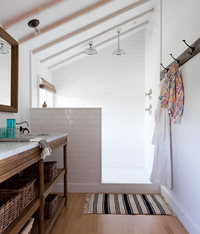 salle de bain avec douche en carrelage blanc metro, suspensions industrielles, parquet bois marron clair, meuble salle de bain recyclée avec plan de travail marbre