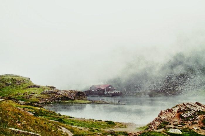 Belle photo au bord d'un lac chalet avec toit rouge, fond ecran paysage, fond ecran nature, image de printemps