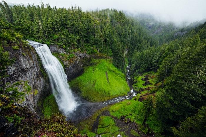 Chute d'eau gros débit, rivière dans la montagne vert, paysage fantastique fond d'ecran, beau fond ecran nature,