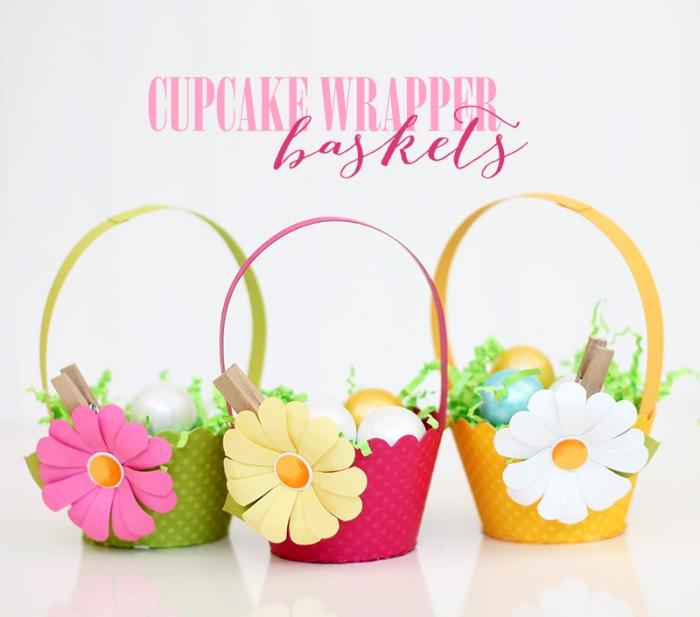 idée bricolage paques maternelle, diy mini panier pour oeufs fabriqués en papier cartonné pour muffins avec déco petite fleur artificielle