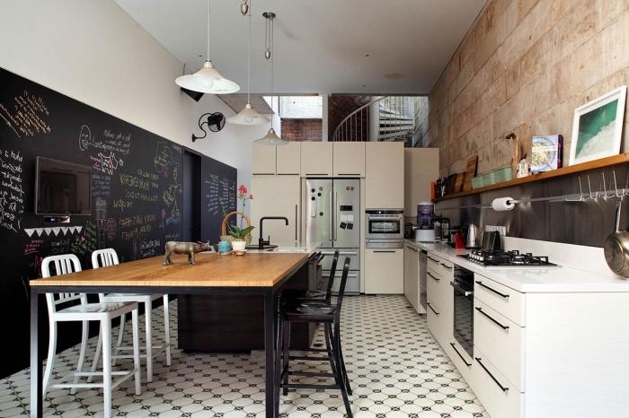 comment décorer une cuisine en l blanche avec mur à effet pierre, exemple peinture moderne texture ardoise