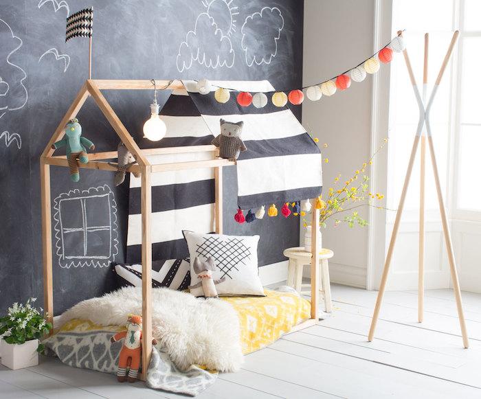 peinture ardoise sur un mur, cabane de lit bois, matelas, guirlande de boules, parquet bois blanc, ampoule decorative