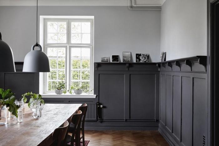 salle à manger vintage scandinave avec moulure murale peinte en gris anthracite avec des lattes verticales posées façon étagères