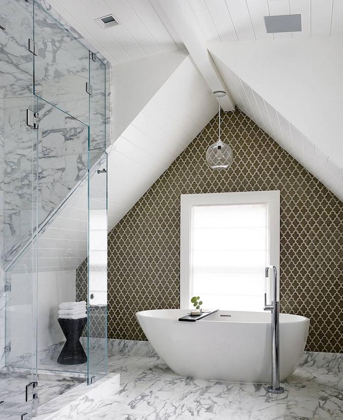salle de bain gros foncé, baignoire blanche sur sol de marbre, douche paroi vitré, suspension originale, plafond lambris