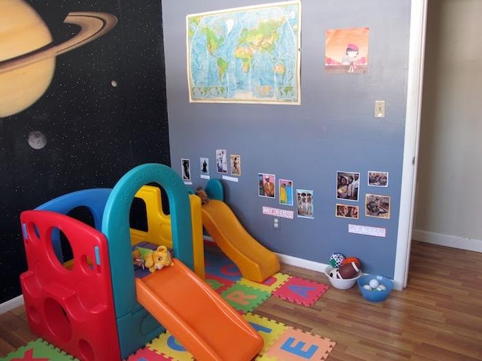 mur violet et mur motif planètes du systeme solaire, idée aire de jeu enfant à la maison, montessori à la maison, mur décoré d images