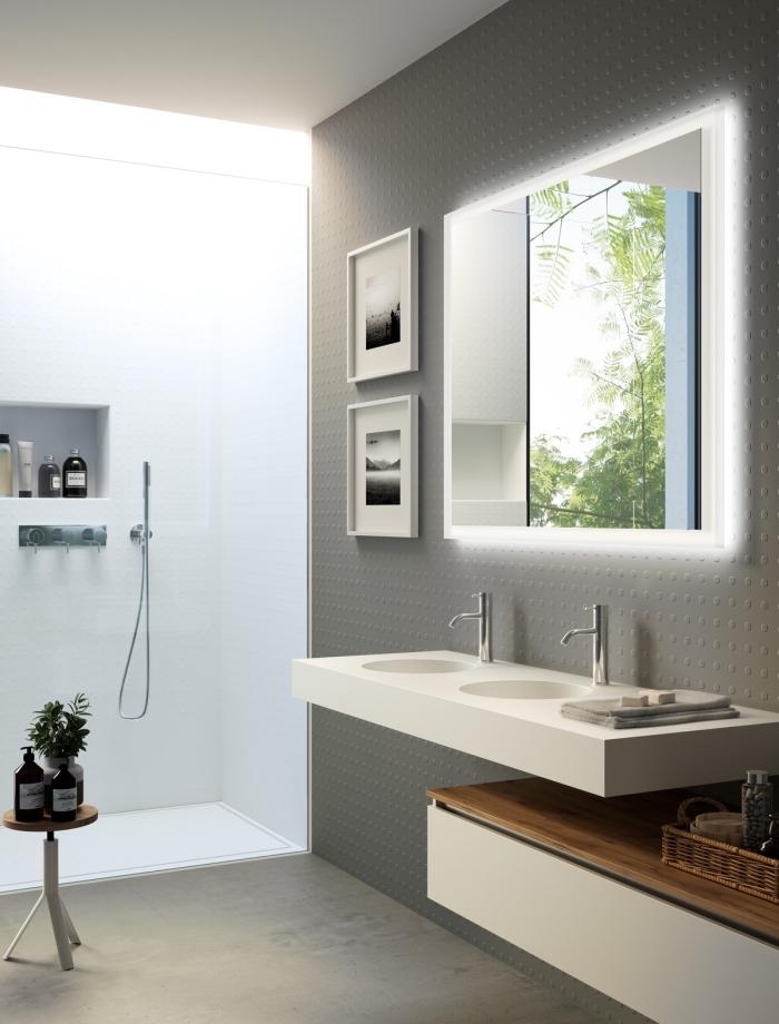 décoration salle de bain avec cadres photos blancs, exemple éclairage néon pour miroir, meuble salle de bain double vasque