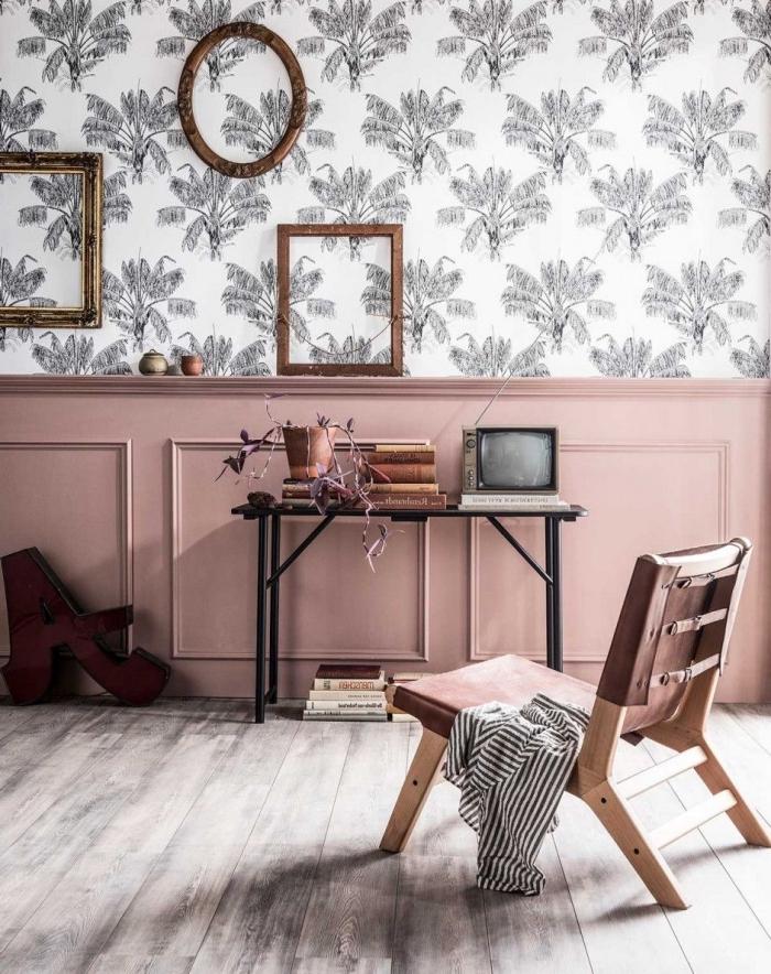 soubassement en moulure murale mis en valeur grâce à de la peinture rose poudré