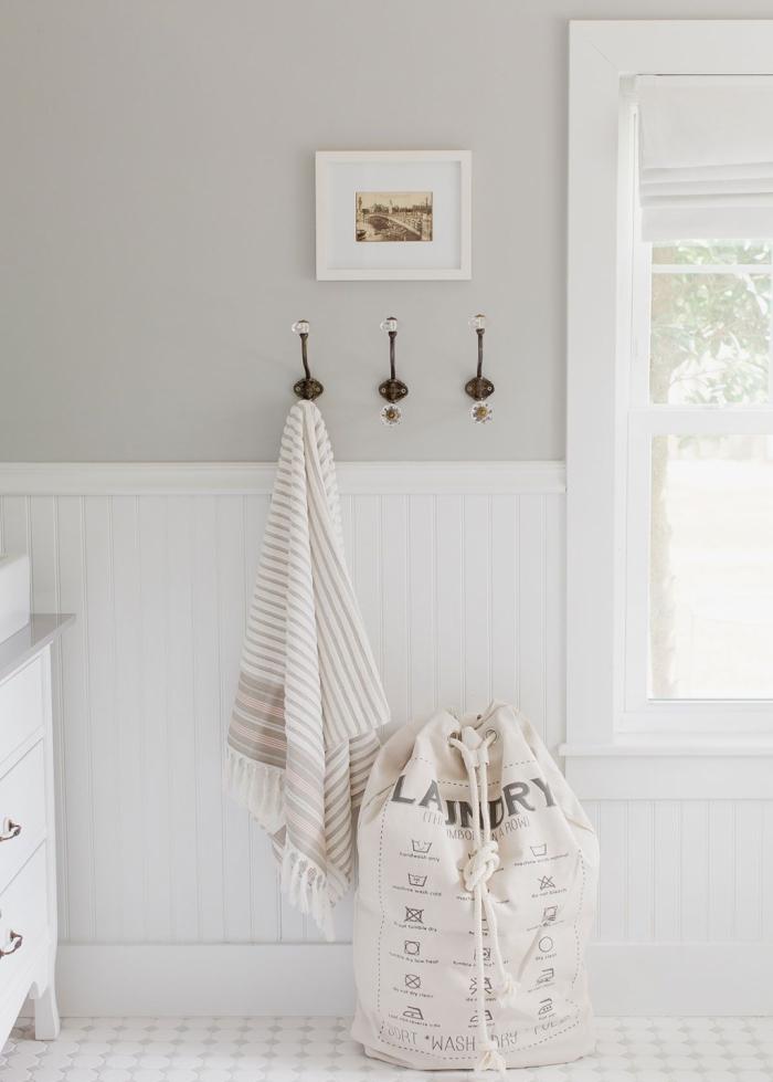 soubassement bois comme revêtement mural dans la salle de bains pour une ambiance campagne chic apaisante