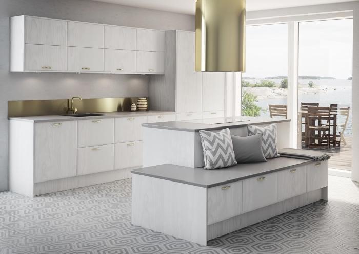 déco de cuisine grise et blanche avec accents métallisés, modèle crédence cuisine or, éclairage sous meubles