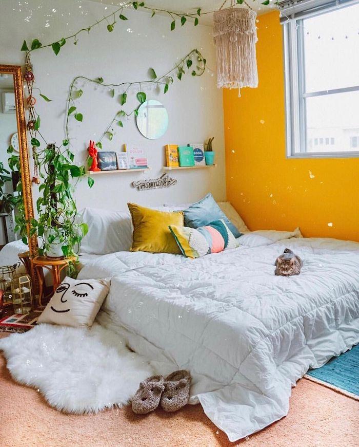 Chambre adulte deco inspiration, mur jaune chambre tumblr, plante sur le mur, comment décorer une chambre simple et cozy