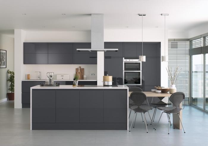 plan de cuisine en longueur avec îlot central, modèle de cuisine moderne blanche aménagée avec meubles en gris foncé