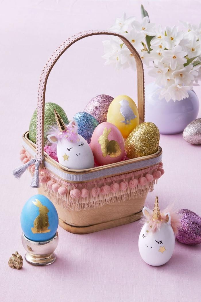 activité paques maternelle, décorer un panier avec guirlande en mini pompons roses et mini tassels en argent