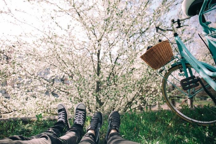 Image baskets pieds sur la pelouse, joli paysage de printemps, image printemps, belle photo pour mon ordinateur bicyclette printemps