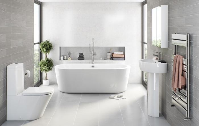 exemple carrelage gris clair pour salle de bain moderne, astuce gain place avec rangement mural ouvert, modèle de baignoire blanche autoportante