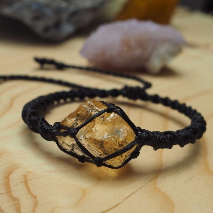 confection bijoux facile, bracelet original à faire soi-même, diy bijou tressé en corde cuir noir avec déco pierre