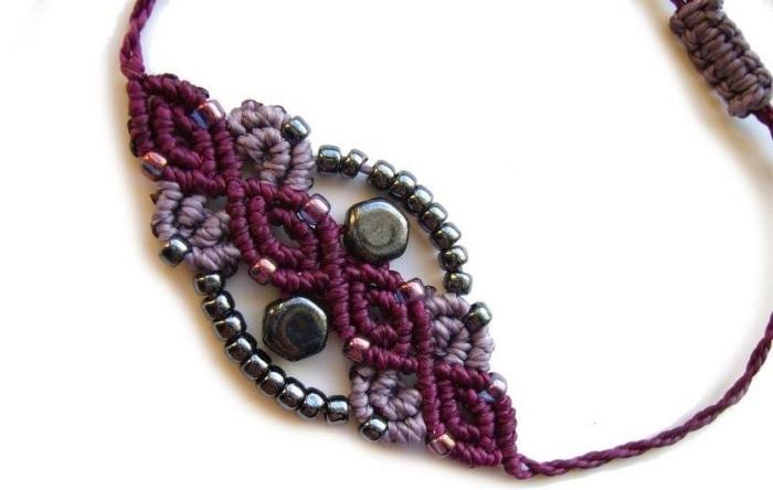 réaliser un bracelet tibetain ou de style ethnique avec cordon coton ou laine, diy bijou facile avec noeuds et ornements