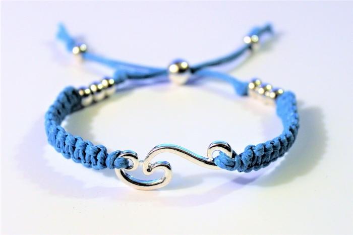 confection de bijoux avec noeuds macramé, diy bijou à faire soi-même, modèle de bracelet en corde cuir bleu