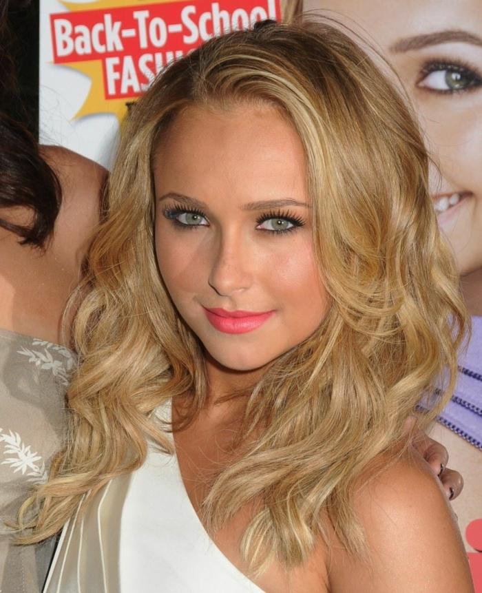robe blanche, modèle asymétrique, maquillage féminin, lèvres roses, blond foncé doré
