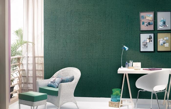 exemple aménagement chambre enfant moderne aux murs verts avec plancher blanc, mur de cadres coin bureau