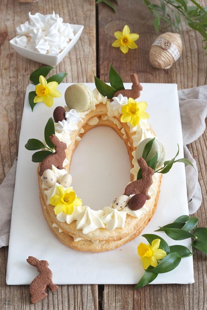 recette de paques original pour un number cake en forme de zéro décoré de meringues croquant, de macarons et de petits biscuits lapins en chocolat