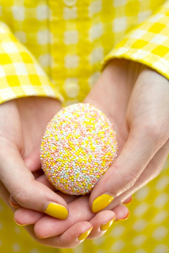 oeuf jaune reliefé, decoration d'oeufs de pâques, chemise à carreaux en jaune et blanc